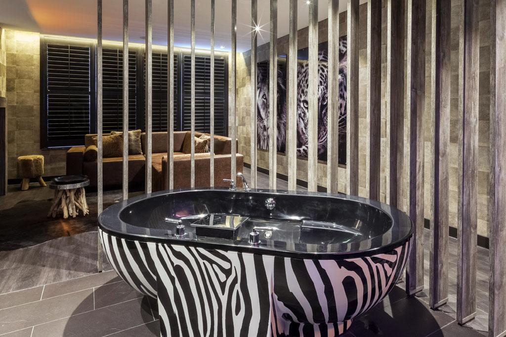 Van der Valk Vianen Safari Suite met XL jacuzzi in zebraprint