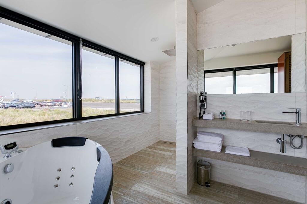 beachhouse-hotel-deluxe-suite-met-jacuzzi-badkamer