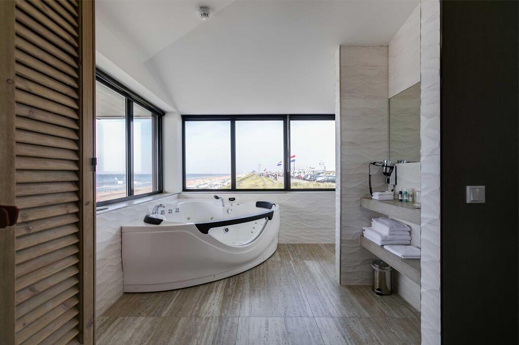 beachhouse-hotel-deluxe-suite-met-jacuzzi-zeezijde