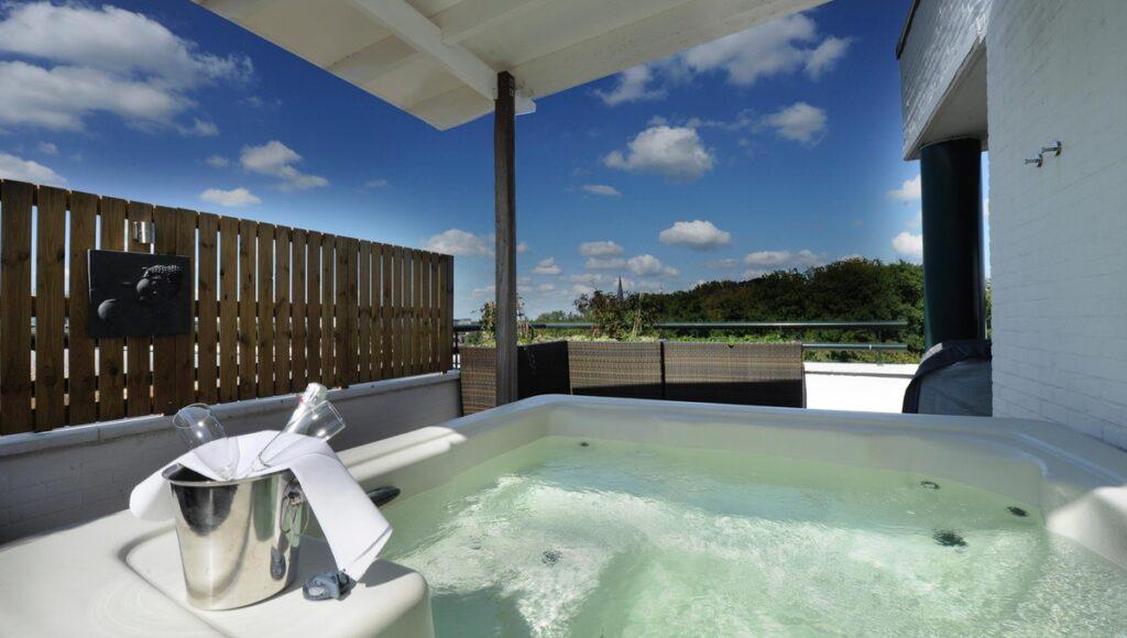 Van der Valk Almelo Rooftop Suite met outdoor jacuzzi op het terras