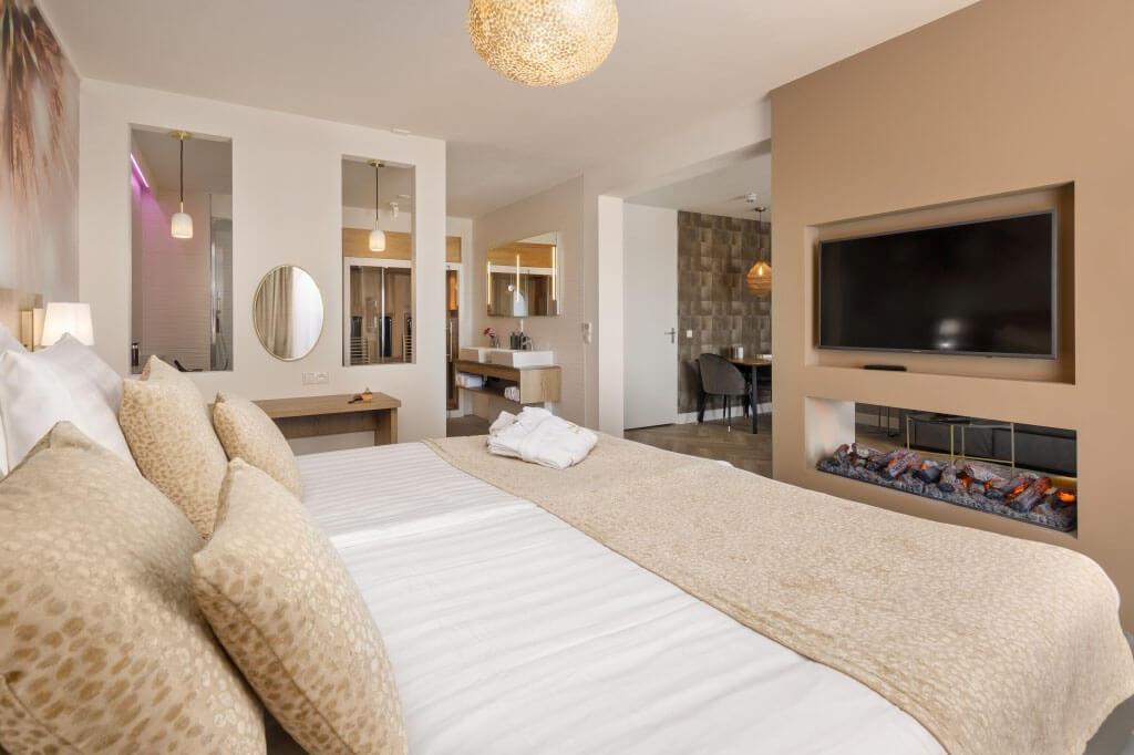 center-parcs-zandvoort-wellness-hotelsuite-kingsize-bed