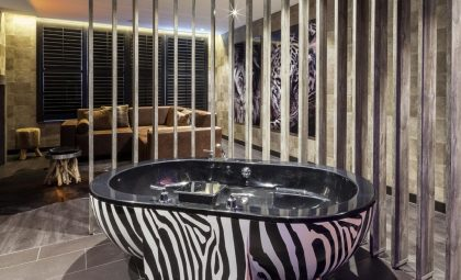 Van der Valk Vianen Safari Suite met XL jacuzzi in zebraprint