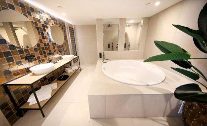 Van der Valk Spier-Dwingeloo Junior Suite met groot tweepersoons bubbelbad
