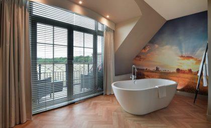 Ruime luxe suite met jacuzzi in Westerbroek