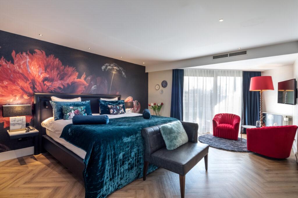 Van der Valk Leiden Flora Suite met groot kingsize bed en kleurrijk print