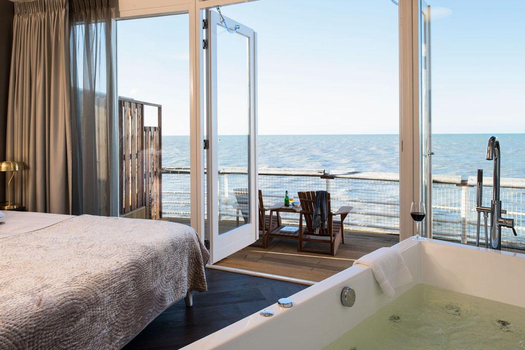 Hotelkamer met jacuzzi aan zee