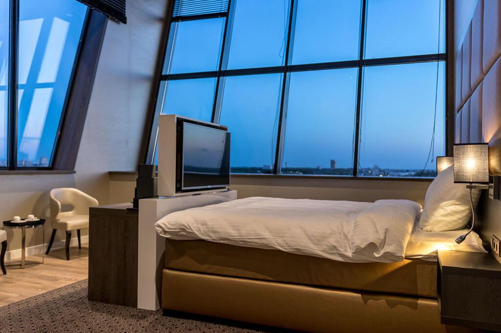 riva-hotel-den-haag-president-suite-met-kingsize-bed-raam