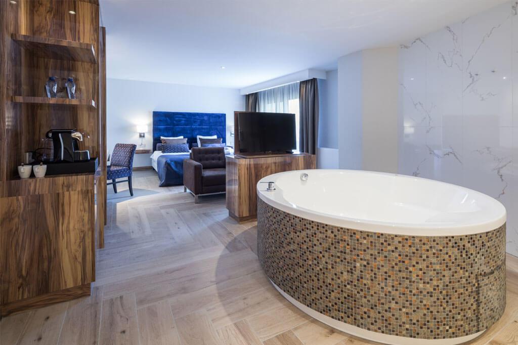 valk-wieringermeer-exclusive-suite-jacuzzi-tv