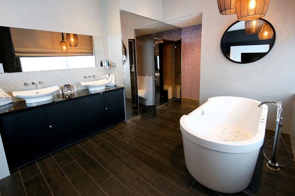 van-der-valk-almere-wellness-suite-met-jacuzzi-en-sauna