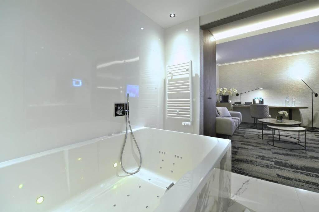 van-der-valk-charleroi-executive-suite-jacuzzi-inloopdouche-overzicht-kamer