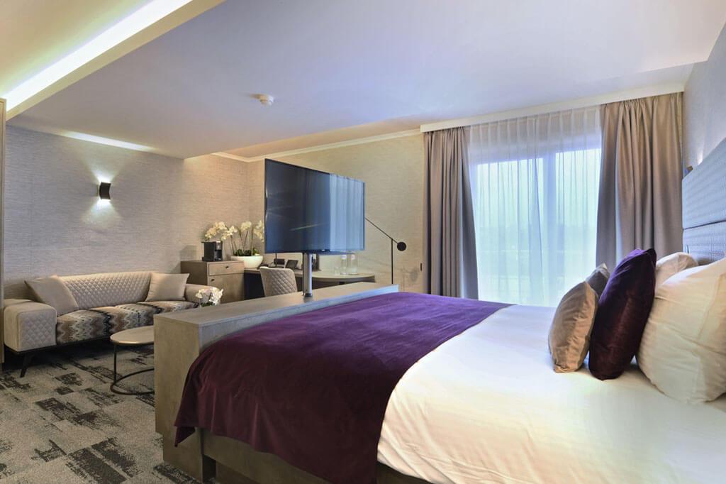 van-der-valk-charleroi-executive-suite-jacuzzi-kingsize-bed