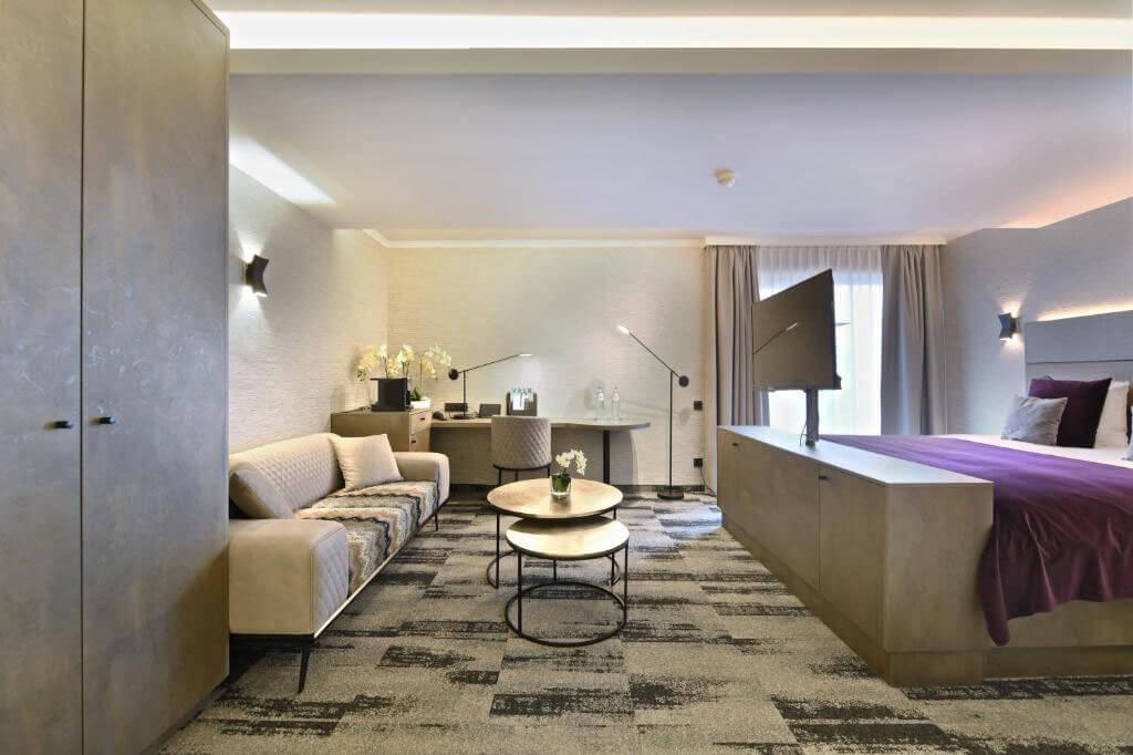 van-der-valk-charleroi-executive-suite-jacuzzi-kingsize-bed2