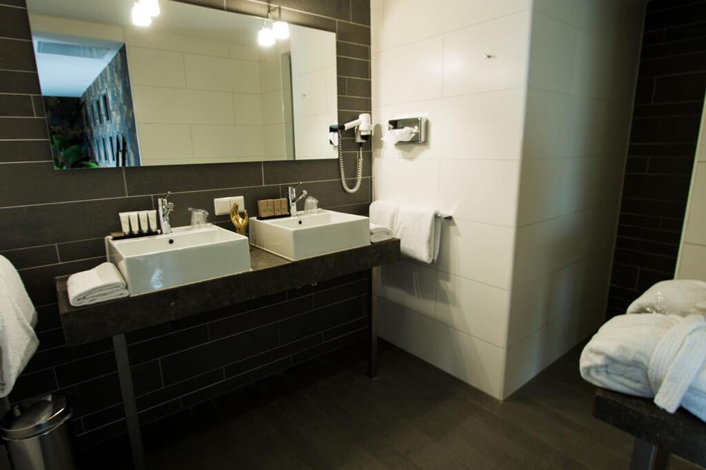 van-der-valk-drachten-wellness-suite-badkamer