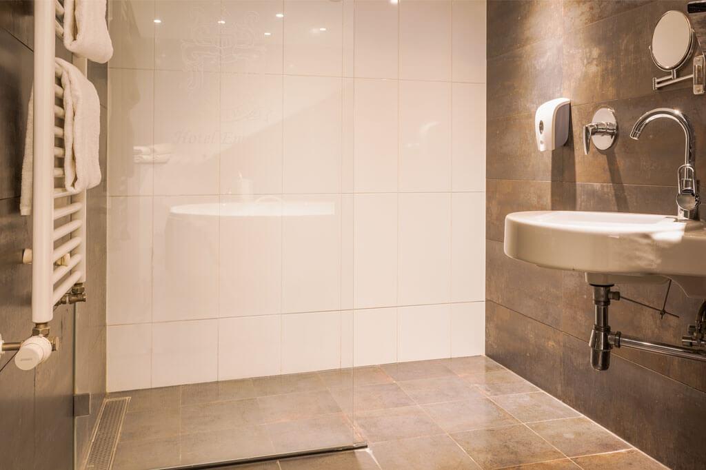 van-der-valk-emmen-luxe-suite-inloopdouche