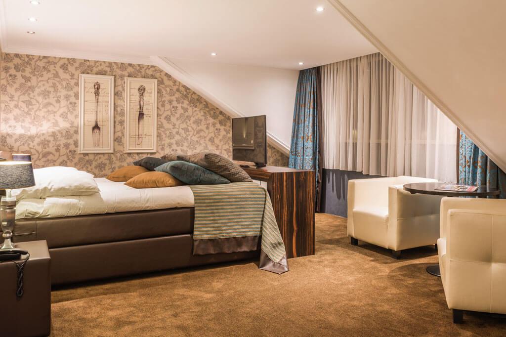 van-der-valk-emmen-luxe-suite-queensize-bed