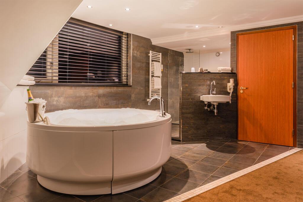 van-der-valk-emmen-luxe-suite-vrijstaande-xl-jacuzzi