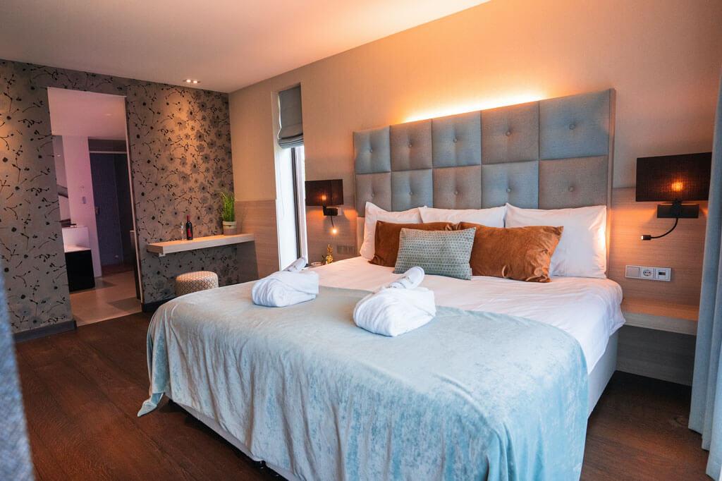 van-der-valk-heerlen-well-being-suite-met-jacuzzi-slaapkamer